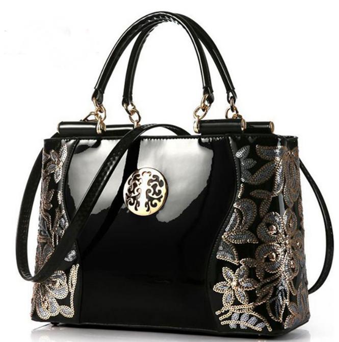 0b793a896431 Даже лакированная сумка без всякого декора — это уже довольно рискованно:  она требовательна и к обуви, и к верхней одежде, на ней часто остаются  отпечатки ...
