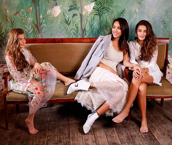 На Микелле: платье, собственность модели НаАлсу: платье, Laroom; тренч, Marks & Spencer; казаки, Geox; часы, Sokolov; браслет Swarovski НаСафине: платье, Pinko; браслет, Swarovski