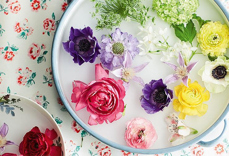 Ирисы итюльпаны неподойдут. Длякомпозиции втарелке хороши цветы сплоской головкой: маки, лилии, розы, анемоны, клематисы.