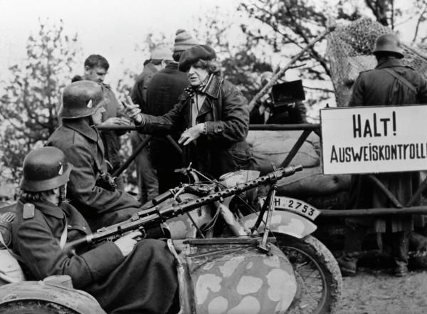 Бывшая летчица 46-го гвардейского Таманского авиационного женского полка ночных бомбардировщиков, Герой Советского Союза Евгения Жигуленко (в центре) насъемках фильма «Без права напровал», 1986 год.