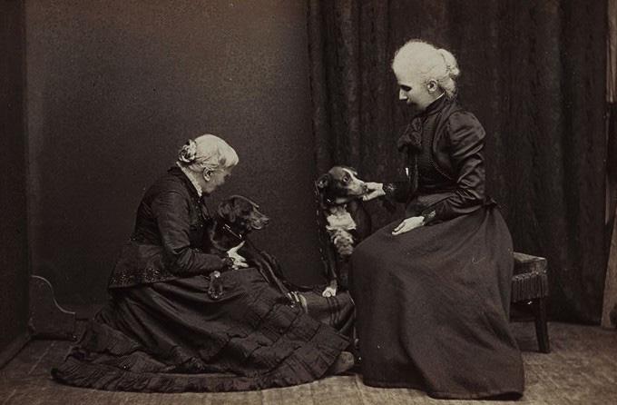 Элизабет Блэкуэлл сприёмной дочерью Китти (и двумя собаками), 1905 г