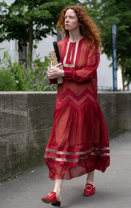 девушка вкрасном платье
