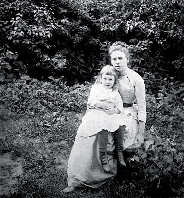 4-летняя Сашенька со старшей сестрой Татьяной.