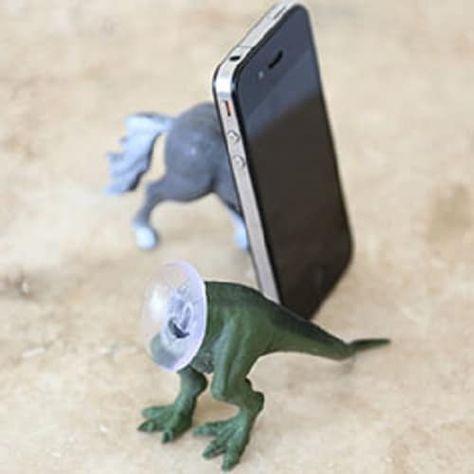 Подставка длятелефона изпластиковой игрушки