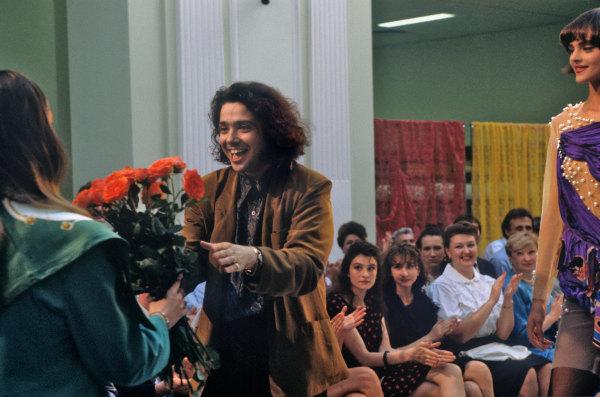 Художник-модельер Валентин Юдашкин принимает поздравления после демонстрации своих моделей. Петровский пассаж.