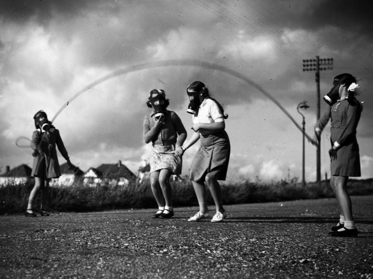 Дети вЛондоне прыгают черезскакалку, южное побережье Англии, ок. 1940 года.