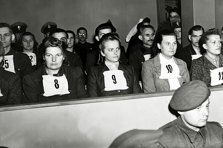 Ирма Грезе вместе сдругими работниками лагеря наБельзенском процессе