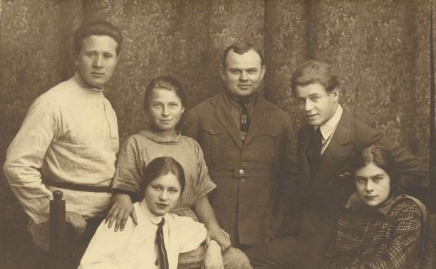 Справа Сергей Есенин иСофья Толстая-Есенина. 1925 г.