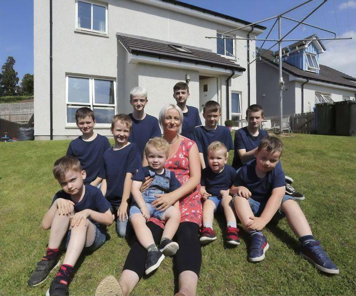 У Алексы 10 сыновей ввозрасте от2 до17 лет.