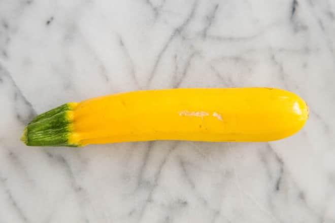 Желтый овощ похож на кабачок