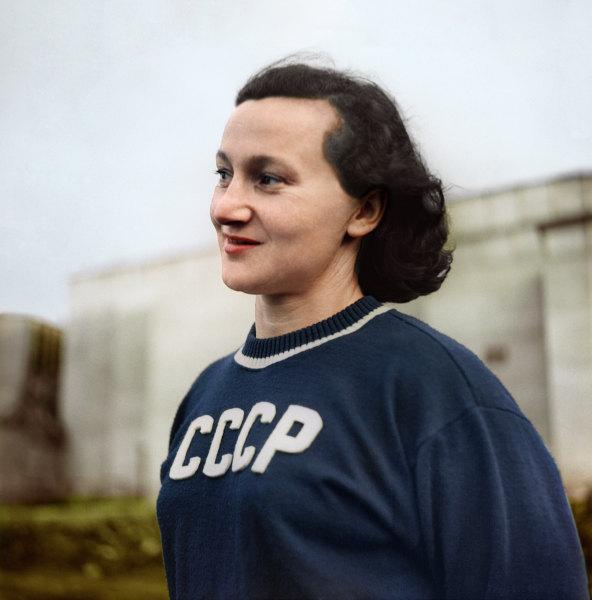 XV летние Олимпийские игры (19 июля - 3 августа 1952 года) вХельсинки (Финляндия). Советская гимнастка, абсолютная чемпионка XV Олимпийских игр Мария Гороховская.