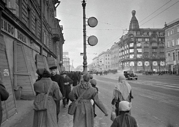 На Невском проспекте вблокадном Ленинграде.