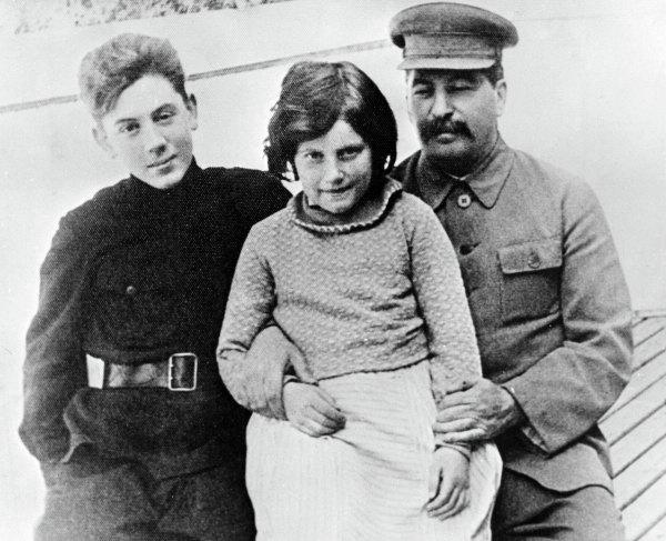 Иосиф Виссарионович Сталин сдетьми Светланой иВасилием.