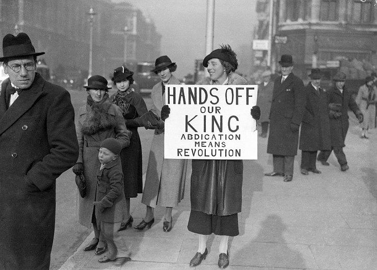 женщина, которая протестует сплакатом