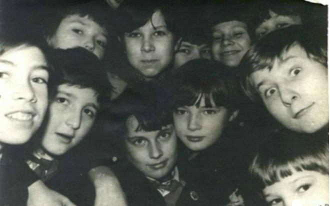 Дмитрий Нагиев (в центре) вшколе