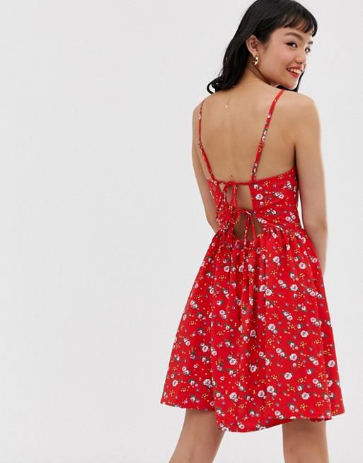 девушка вплатье сцветочным принтом
