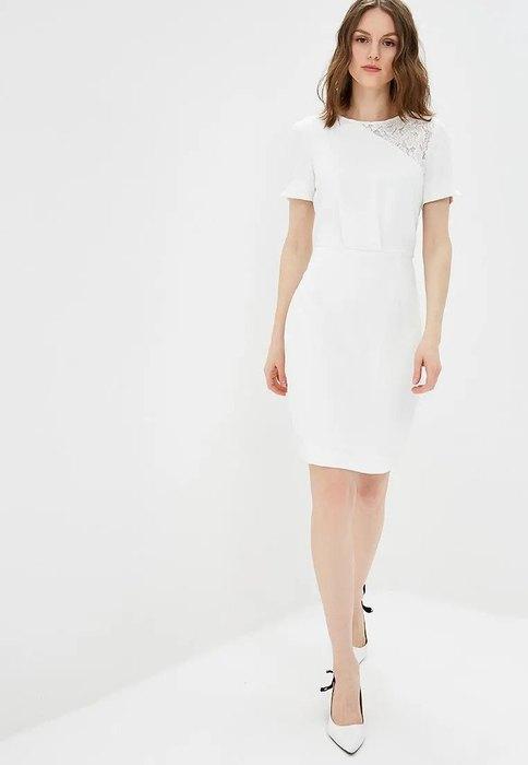модель вбелом платье