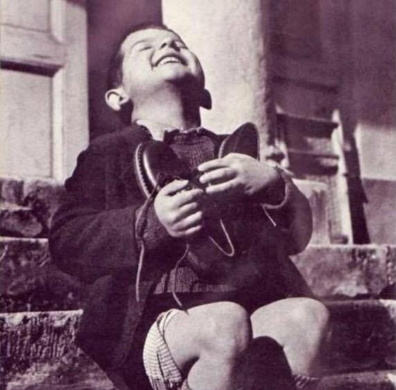 Мальчик-сиротка получил новую пару обуви, 1944 год