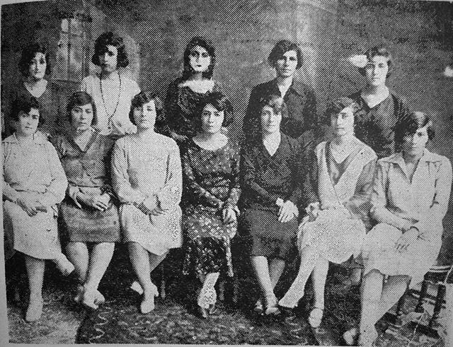 Члены Ассоциации патриотических женщин Ирана в30-е годы. Крайняя слева сидит Фахре-Афаг Парса