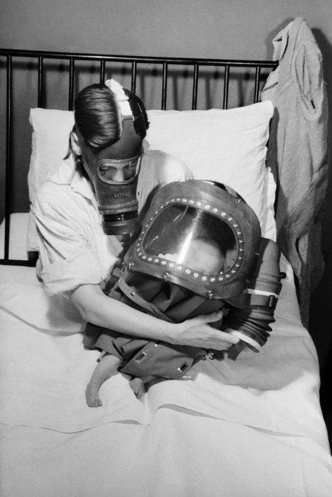 Мама укачивает своего новорожденного ребенка, 1941 год.