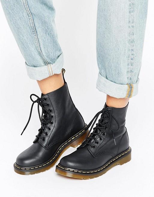 девушка вджинсах ичерных ботинках