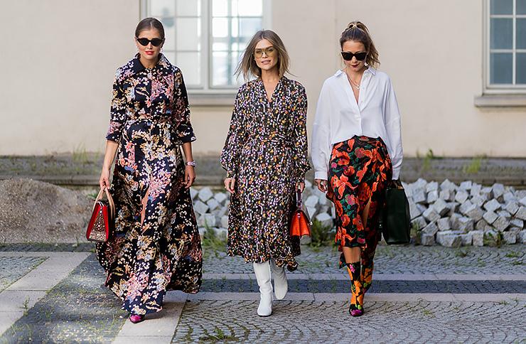 три девушки внарядах сцветочным принтом