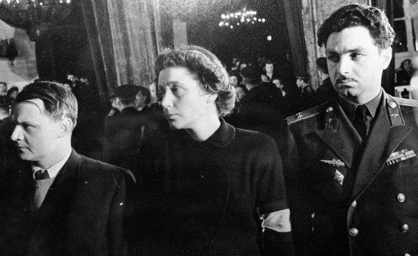 Церемония прощания ссекретарем ЦК ВКП(б) Иосифом Сталиным. Вцентре - дочь И. В. Сталина Светлана Аллилуева.