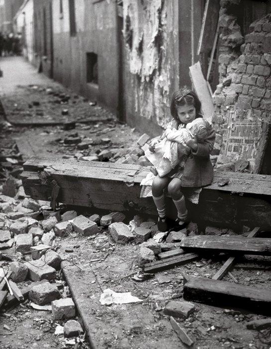 Маленькая девочка укачивает куклу
