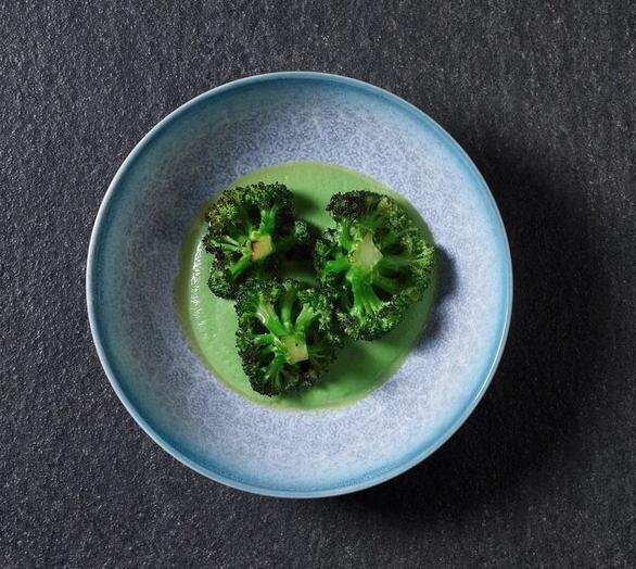 Стейк-салат сзелёным миксом, авокадо исвежим хреном.