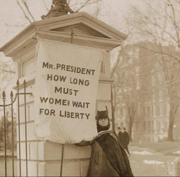 Одиночный пикет уБелого дома, 1917 год. Надпись наплакате: