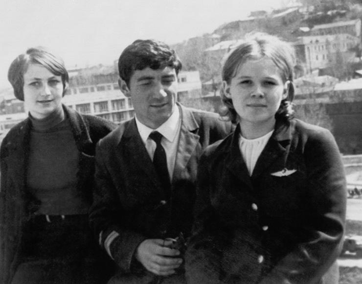 Члены экипажа самолета «АН-24» Сухумского авиаотряда (слева направо): техник Ирина Немзадзе, второй пилот Валерий Зафиров ибортпроводница Надежда Курченко.