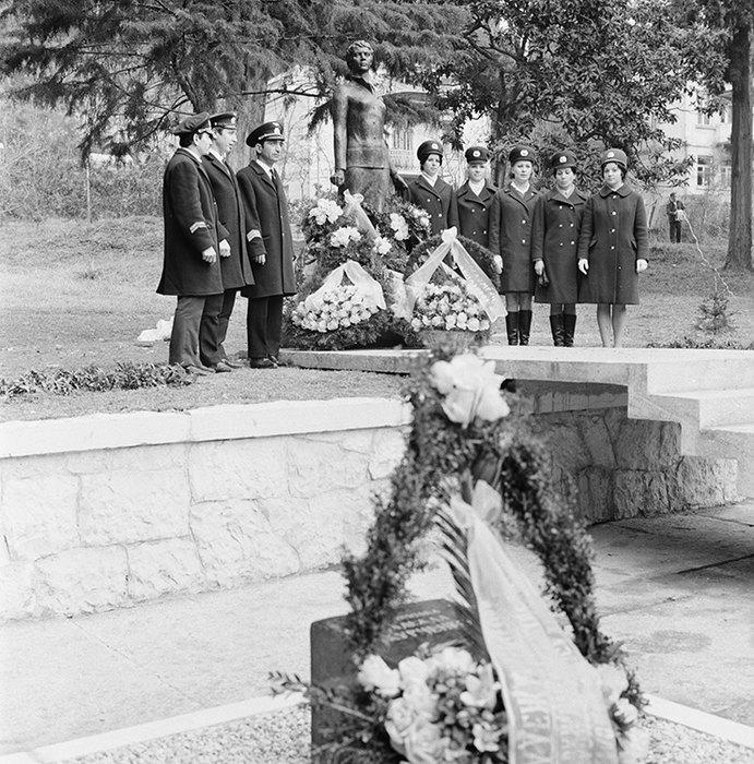Сухуми. 2 января 1972 г. Во время открытия памятника советской патриотке Надежде Курченко.