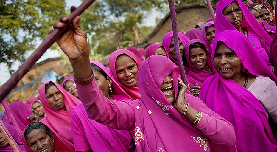 Битва заправа: «Розовая банда», которая держит встрахе мужчин Индии