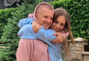 «Какие красавицы!» Павел «Пашу» Курьянов выложил нежное фото с женой и полуторагодовалой дочерью