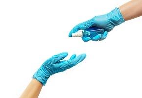 Лучше не носить перчатки, чем носить их неправильно, – уверен Минздрав