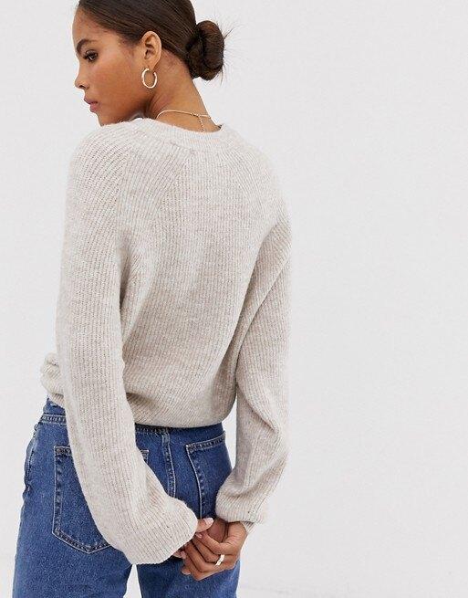 девушка в свитере и джинсах