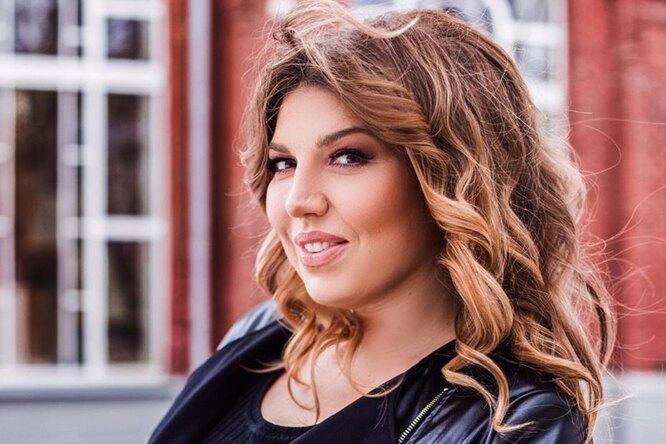«Сочная красавица»: 43-летняя Екатерина Скулкина показала эффектное фото вкружевной тунике