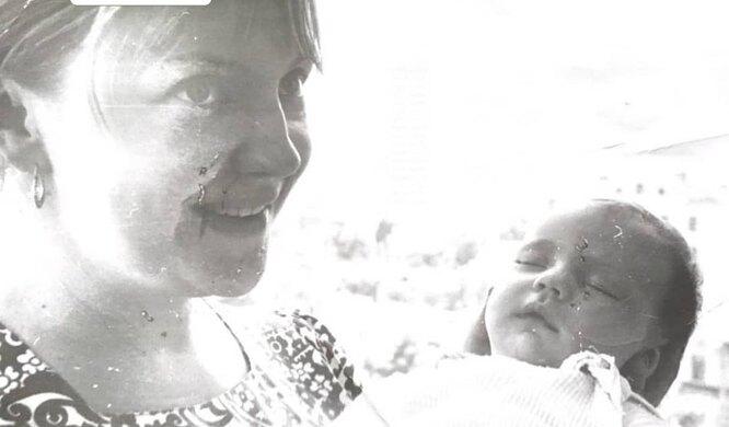 Мария Миронова на руках у мамы (архивное фото)