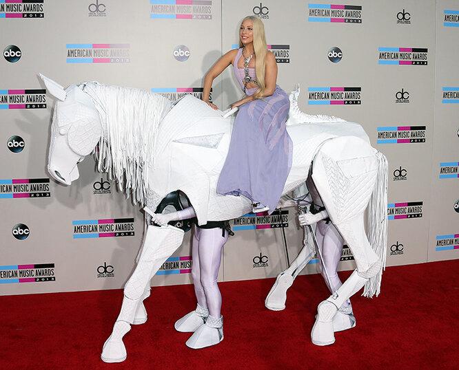 Леди Гага на лошади, которой управляют два мужчины