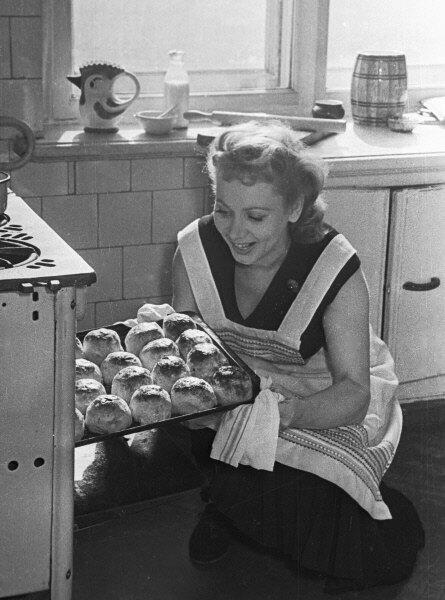Актриса Лидия Смирнова печет пироги на своей кухне