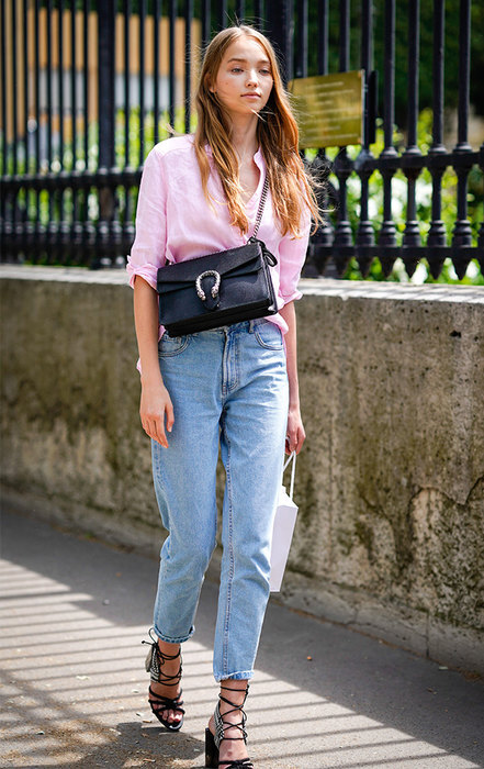 девушка в рубашке и джинсах