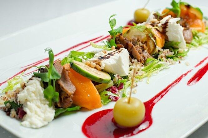 Салат с уткой, моцареллой, хурмой и фейхоа