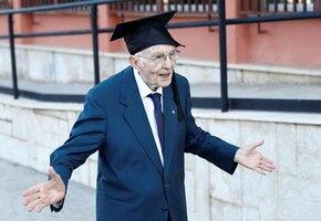 «Жаль, моя жена не видит»: 96-летний итальянец стал самым взрослым выпускником университета — и рассказал, почему так долго шел к мечте