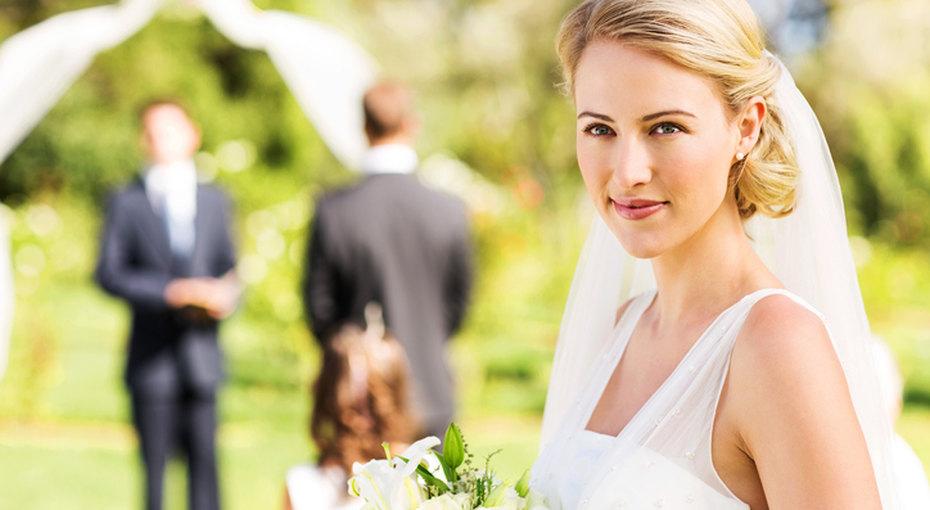 Глухонемой жених замер, когда невеста остановилась вдвух метрах оталтаря. Она решила устроить сюрприз жениху!