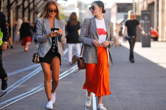 девушки идут по улице
