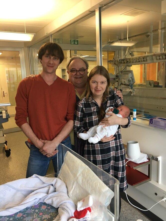 Супруги Макаровы с новорожденной дочерью и доктором Мойли