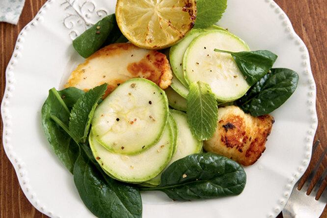 Салат с кабачками, мятой и сыром халуми