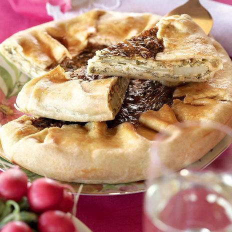 Открытый пирог-галета с сыром, картофелем и зеленью