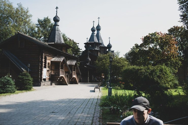 Владимир сидит налавочке во дворе церкви. Он приходит сюда, когда чувствует себя хорошо Фото: Наталия Платонова дляТД