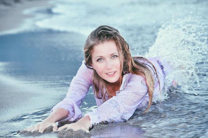 Карина Андоленко в мокрой рубашке